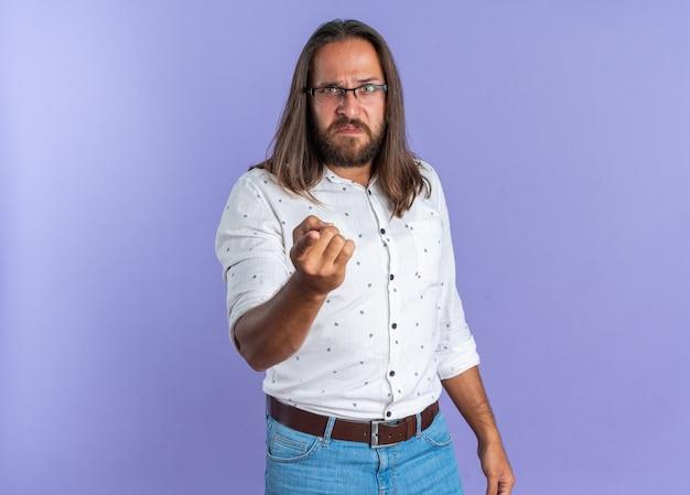 Strenger erwachsener gutaussehender mann mit brille, der auf die kamera schaut und zeigt