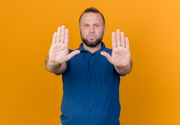 Strenger erwachsener slawischer mann, der stoppgeste isoliert tut