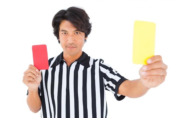 Strenger schiedsrichter, der gelbe karte zeigt