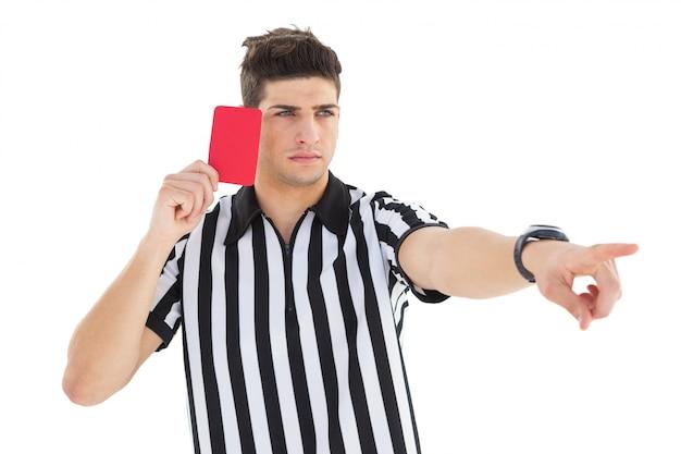 Strenger schiedsrichter, der rote karte zeigt