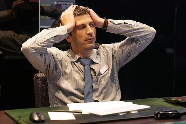 Stress bei der arbeit im büro. stress, büroangestellter, der schreibtisch am arbeitsplatz sitzt