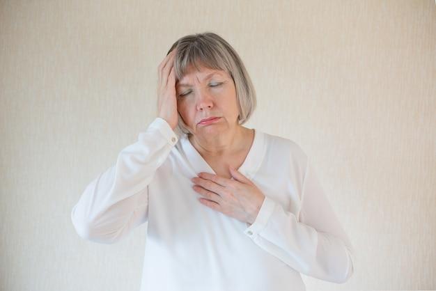 Stress der älteren frau. erste anzeichen von coronavirus, infektion, krankheit. psychische gesundheit emotional