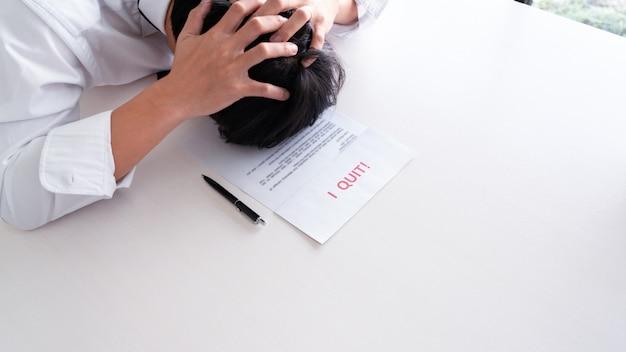 Stress geschäftsmann mit rücktrittsschreiben
