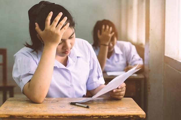 Stress studentin liest und schreibt die prüfung