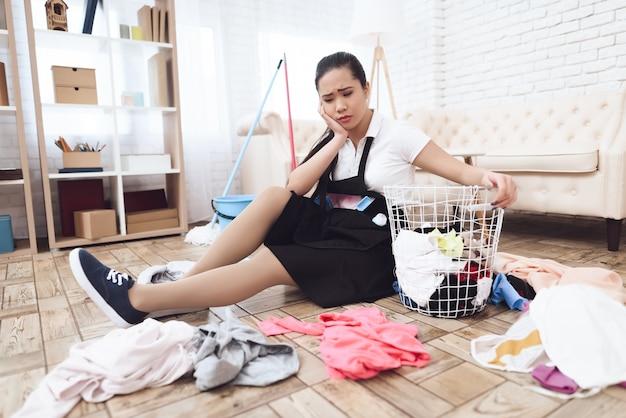 Stressige arbeit der asiatischen haushälterin messy room.
