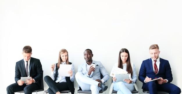 Stressige geschäftsleute, die auf ein vorstellungsgespräch warten