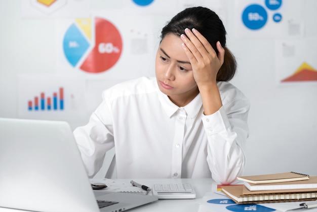 Stressige situation der asiatischen geschäftsfrau beim arbeiten von geschäfts- und finanzkonzepten.