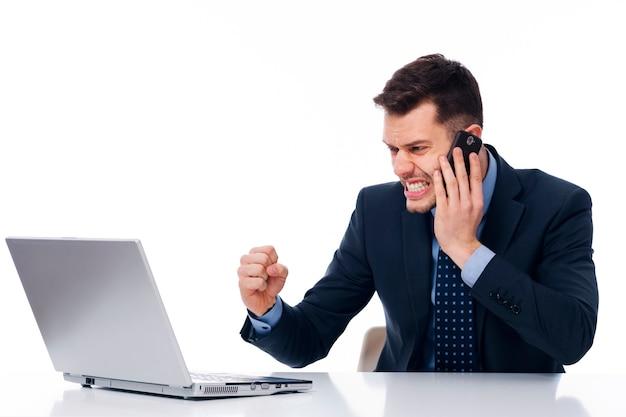 Stressiger junger geschäftsmann im büro