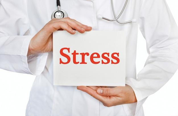 Stresskarte in händen des arztes