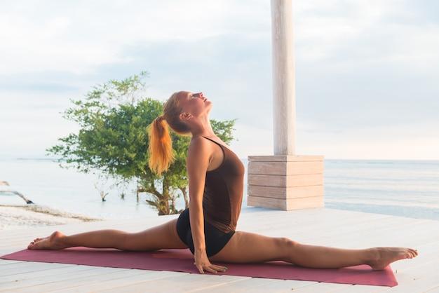 Stretching bei sonnenuntergang