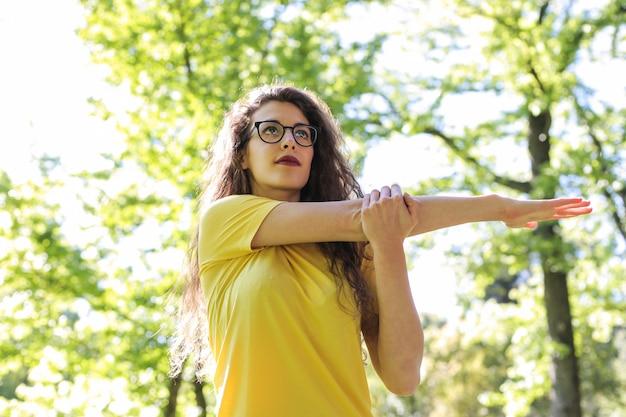 Stretching im sommer im freien