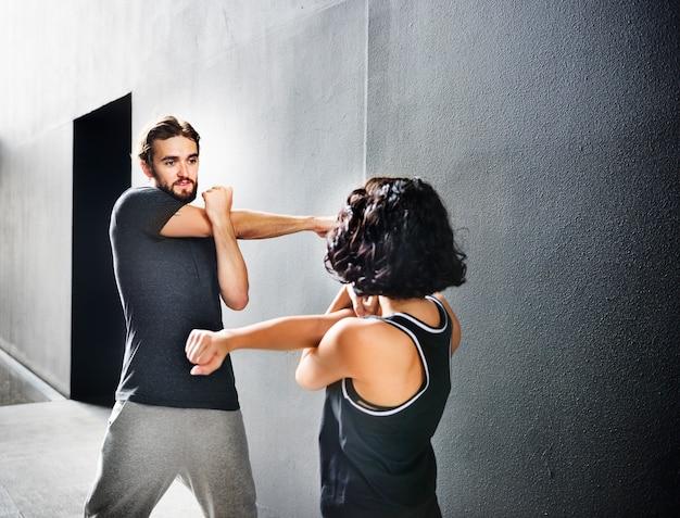 Stretching-übung, die sport-gesundes konzept ausbildet