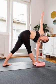 Stretching und praktizieren yoga zu hause konzept