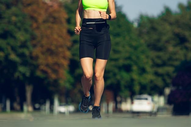 Stretching weiblicher läufer athlet training im freien professioneller läufer jogger