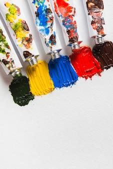 Striche von dicken farben in der nähe von containern