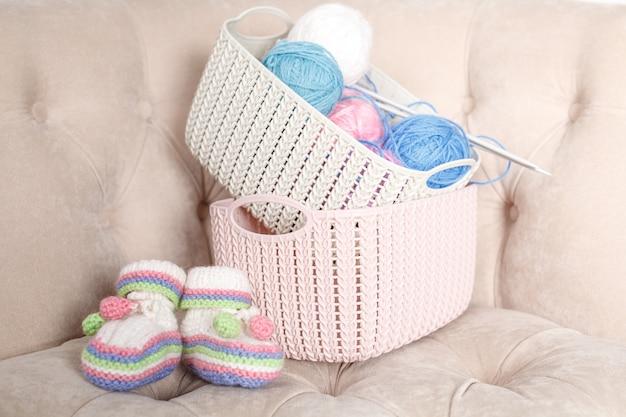 Strickbabyschuhe, schwangeres selbstgemachtes arbeitskonzept