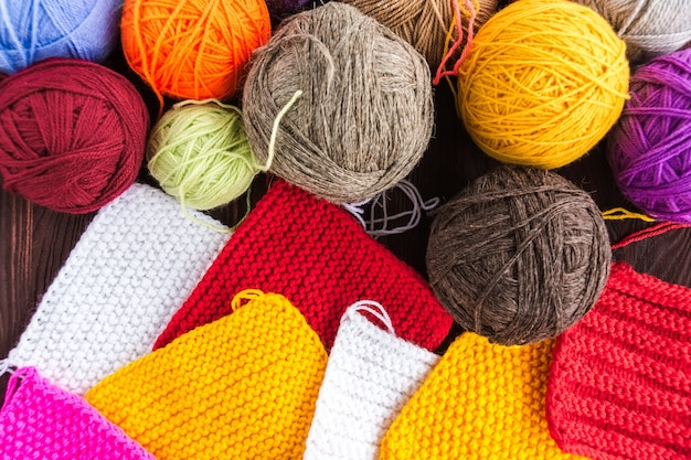 Strickball aus garn und stricknadeln