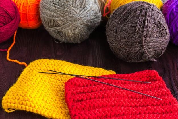 Strickgarnknäuel und stricknadeln