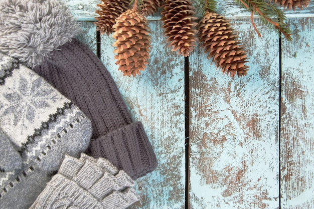 Strickmütze und handschuhe auf hölzernem hintergrund