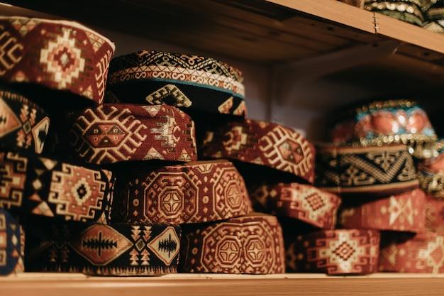 Strickmützen im orientalischen stil zu verkaufen