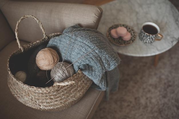 Strickpullover im strohkorb zu hause