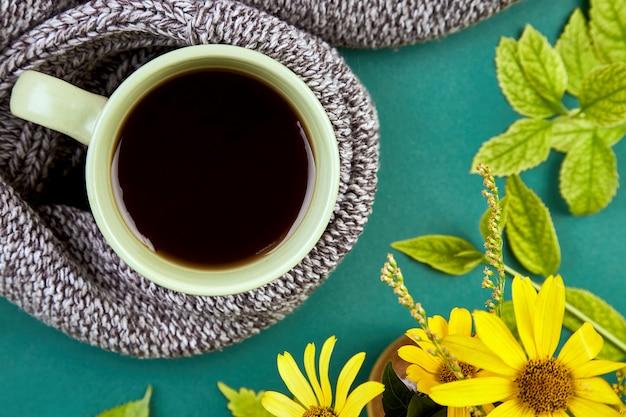 Strickschal mit warmer tasse tee
