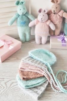 Strickspielzeug kaninchen und mütze