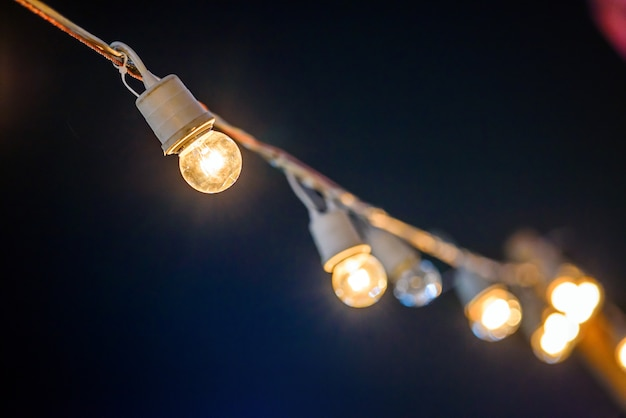 String verdrahtet mit wärmendem licht glühbirnen hängen im bereich der ereignisse