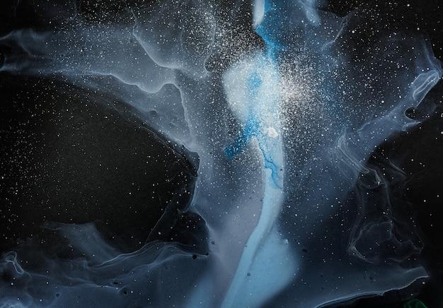 Ströme von durchscheinenden farbtönen sich schlängelnde metallische wirbel schäumende farbsprays formen den raum