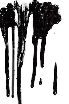 Ströme von schwarzer glänzender farbe nahaufnahme isoliert auf weißem hintergrund