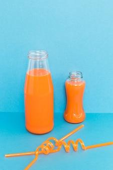 Strohhalme und flasche mit smoothie