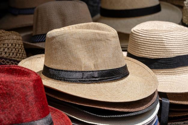 Strohhüte auf dem display zum verkauf an touristen auf dem lokalen straßenmarkt in ubud, insel bali, indonesien, nahaufnahme