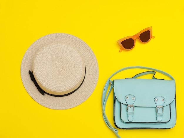 Strohhut der frau mit handtasche und sonnenbrille