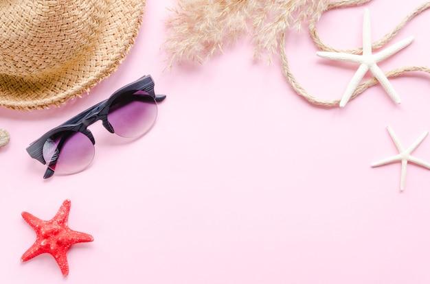 Strohhut mit sonnenbrille und seesternen