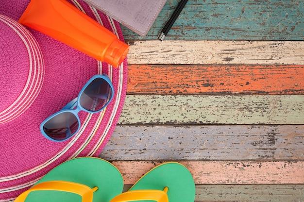 Strohhut tablette und sonnenbrille auf vintage holz.