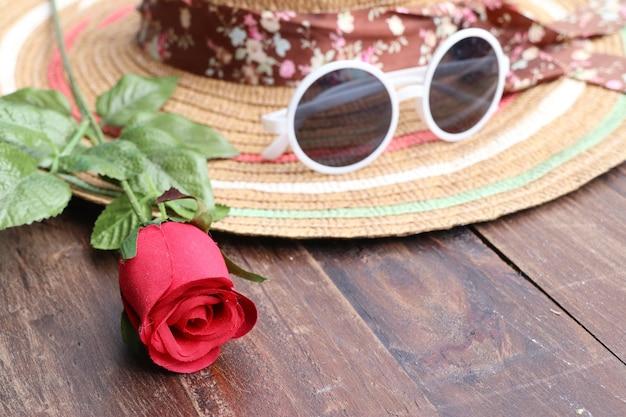 Strohhut und sonnenbrille