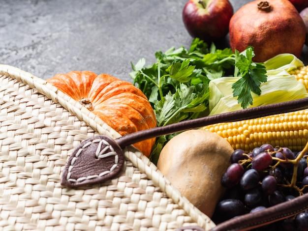 Strohsack und frisches natürliches gemüse und obst.