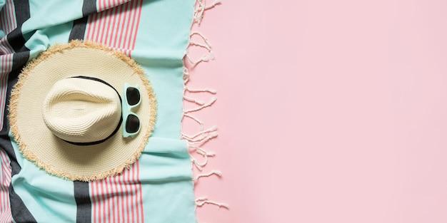 Strohstrand sunhat und sonnenbrillen auf durchdringendem rosa mit platz für text.