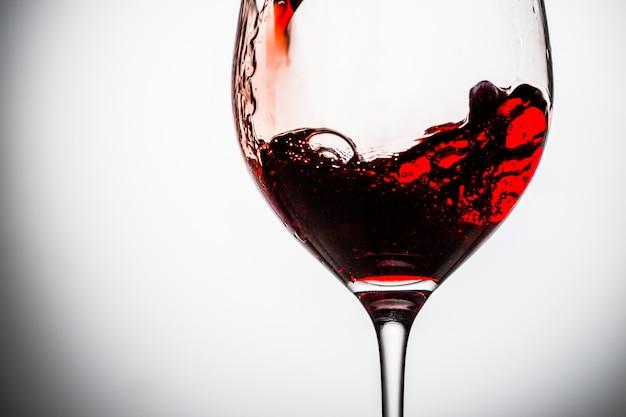 Strom des weins, der in ein glas gießt.