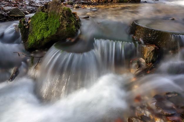 Strom fließendes sauberes quellwasser. foto eingelassener herbst in russland.