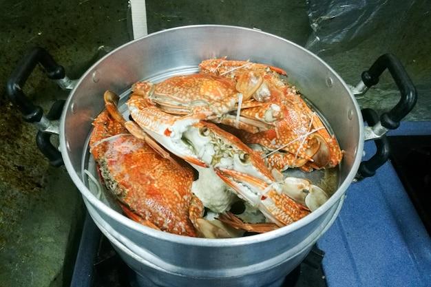 Strom große krabben gekocht auf dem topf