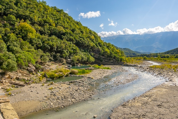 Strom von heißem schwefelwasser in den thermalbädern von permet albania