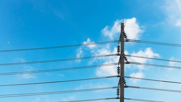 Strombeitrag mit blauem himmel.