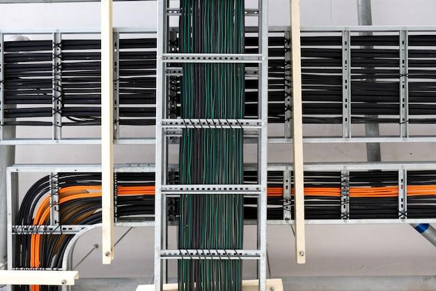 Stromkabel und instrumentenkabel auf dem tablett im elektrischen kontrollraum.