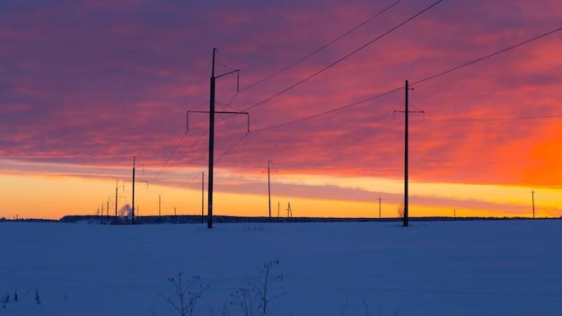 Stromleitung frostiger wintersonnenuntergang