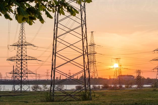Stromleitung gegen die sonne