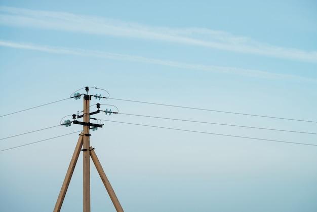 Stromleitungen im blauen himmel