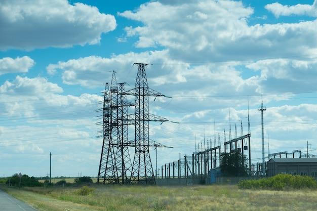 Stromleitungen über klarem blauem himmel