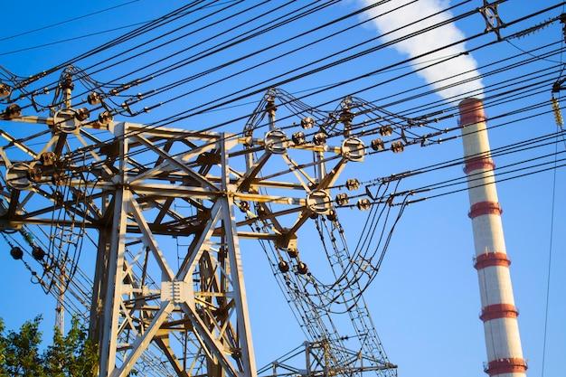 Stromleitungen, unterstützung der übertragungsleitung und schornstein der thermoelektrischen station