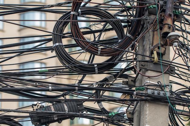 Strommast und kabel. stromleitungen am strommast.